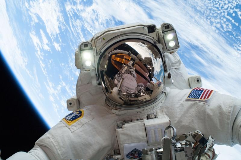 YytROVMf_astronaut_selfie_full_res